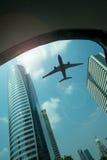 Flygplan i skyen Arkivfoton