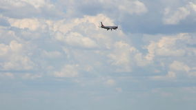 Flygplan i skyen lager videofilmer