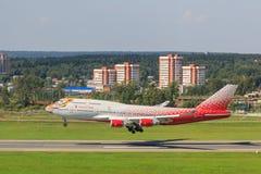 Flygplan i Vnukovo den internationella flygplatsen Ryssland flygbolag Boeing 747 som landar till landningsbanan royaltyfri foto