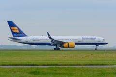 Flygplan Icelandair Boeing 757 TF-FIA landas på flygplatsen Arkivbild