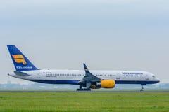 Flygplan Icelandair Boeing 757 TF-FIV landas på flygplatsen Arkivbild