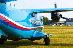 Flygplan L 410 Turbolet i flykten i blå himmel på den soliga dagen i Prague Arkivfoton