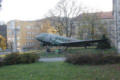 Flygplan Li-2 på museet för öppen luft av SNP arkivfoton