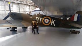 Flygplan med besättningen Arkivbilder