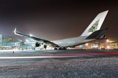 Flygplan med bilden av en julgran på kölen fotografering för bildbyråer