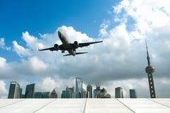 Flygplan med den moderna staden Royaltyfri Foto
