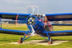 Flygplan med den roterande propellern Royaltyfri Fotografi