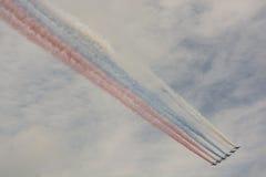 Flygplan med den tricolor flaggan för rökryss Royaltyfria Bilder