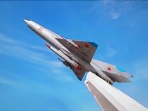 Flygplan MiG-21 på en sockel royaltyfri bild