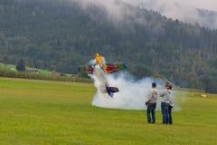 Flygplan - modell Aircraft - konstflygning för låg vinge - Red Bull Arkivfoto