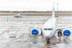 Flygplan nära den slutliga porten som är klar för start Royaltyfri Bild