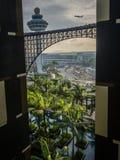 Flygplan och kontrolltorn från ett hotell Royaltyfri Fotografi