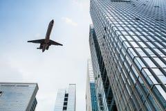 Flygplan och modern kontorsbyggnad Fotografering för Bildbyråer