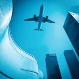 Flygplan och moderna byggnader Royaltyfria Foton