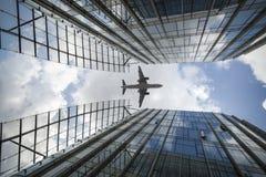 Flygplan och moderna byggnader Royaltyfria Bilder