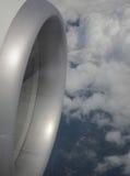 Flygplan och moln Fotografering för Bildbyråer