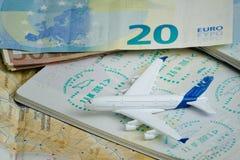 Flygplan och pass med ett visum Euro och översikt Royaltyfri Fotografi