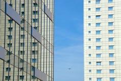 Flygplan och två moderna skyskrapor Arkivfoto