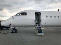 Flygplan ordnar till för avvikelse royaltyfri bild