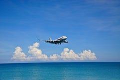 Flygplan ovanför havet Fotografering för Bildbyråer