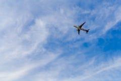Flygplan på blå himmel Arkivbilder