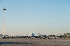 Flygplan på Bucharest Henri Coanda (Otopeni) den internationella flygplatsen royaltyfria bilder