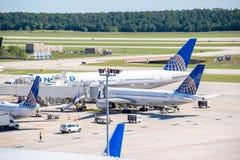Flygplan på den aktiva rampen på IAH-flygplatsen Arkivbilder