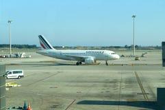 Flygplan på den barcelona flygplatsen Arkivbilder
