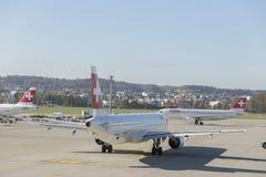 Flygplan på den Kloten flygplatsen i Zurich, Schweiz Royaltyfri Foto