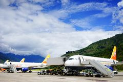 Flygplan på den Paro flygplatsen i Thimphu, Bhutan Arkivbilder