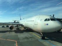 Flygplan på fältet som väntar för att ta av för att gå hem fotografering för bildbyråer
