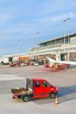 Flygplan på fingret i den moderna terminalen 2 i Hamburg Fotografering för Bildbyråer