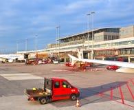 Flygplan på fingret i den moderna terminalen 2 i Hamburg Royaltyfri Fotografi