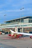 Flygplan på fingret i den moderna terminalen 2 i Hamburg Royaltyfria Foton