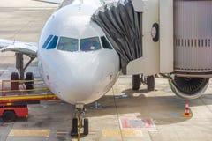 Flygplan på flygplatsen med landgången royaltyfri fotografi