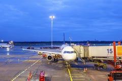 Flygplan på flygplatsen på natten Royaltyfri Fotografi