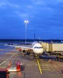 Flygplan på flygplatsen vid natt Arkivbilder