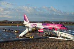 Flygplan på flygplatsterminalbryggan Fotografering för Bildbyråer