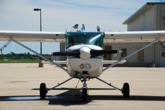 Flygplan på grova asfaltbeläggningen av Middleton Municipal Airp Arkivbild
