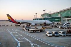 Flygplan på ICN Incheon för internationell flygplats i Seoul, Sydkorea Arkivbilder