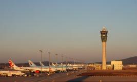 Flygplan på ICN Incheon för internationell flygplats i Seoul, Sydkorea Arkivbild