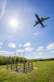 Flygplan på inställning till Manchester Royaltyfri Fotografi