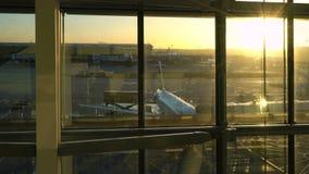 Flygplan på landningsbanaförklädet på soluppgång, Heathrow flygplats, terminal fem, London, England arkivfilmer