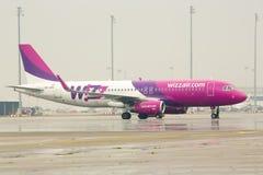 Flygplan på landningsbanan royaltyfria bilder