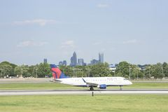 Flygplan på landningsbanan av Charlotte-Douglas Airport i Charlotte, NC royaltyfri foto