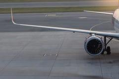 Flygplan på landningsbanan för att förbereda sig fotografering för bildbyråer