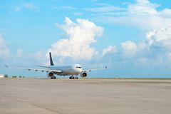 Flygplan på landningsbanaremsa i en flygplats Arkivfoto