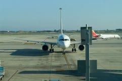Flygplan på parkering Arkivbild
