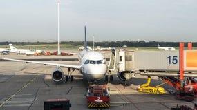 Flygplan på porten i den moderna terminalen 2 i Hamburg Royaltyfri Fotografi