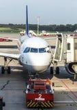 Flygplan på porten i den moderna terminalen 2 i Hamburg Royaltyfria Foton